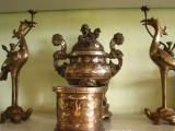 Bát hương trên bàn thờ bằng sứ hay bằng đồng tốt hơn về phong thủy?